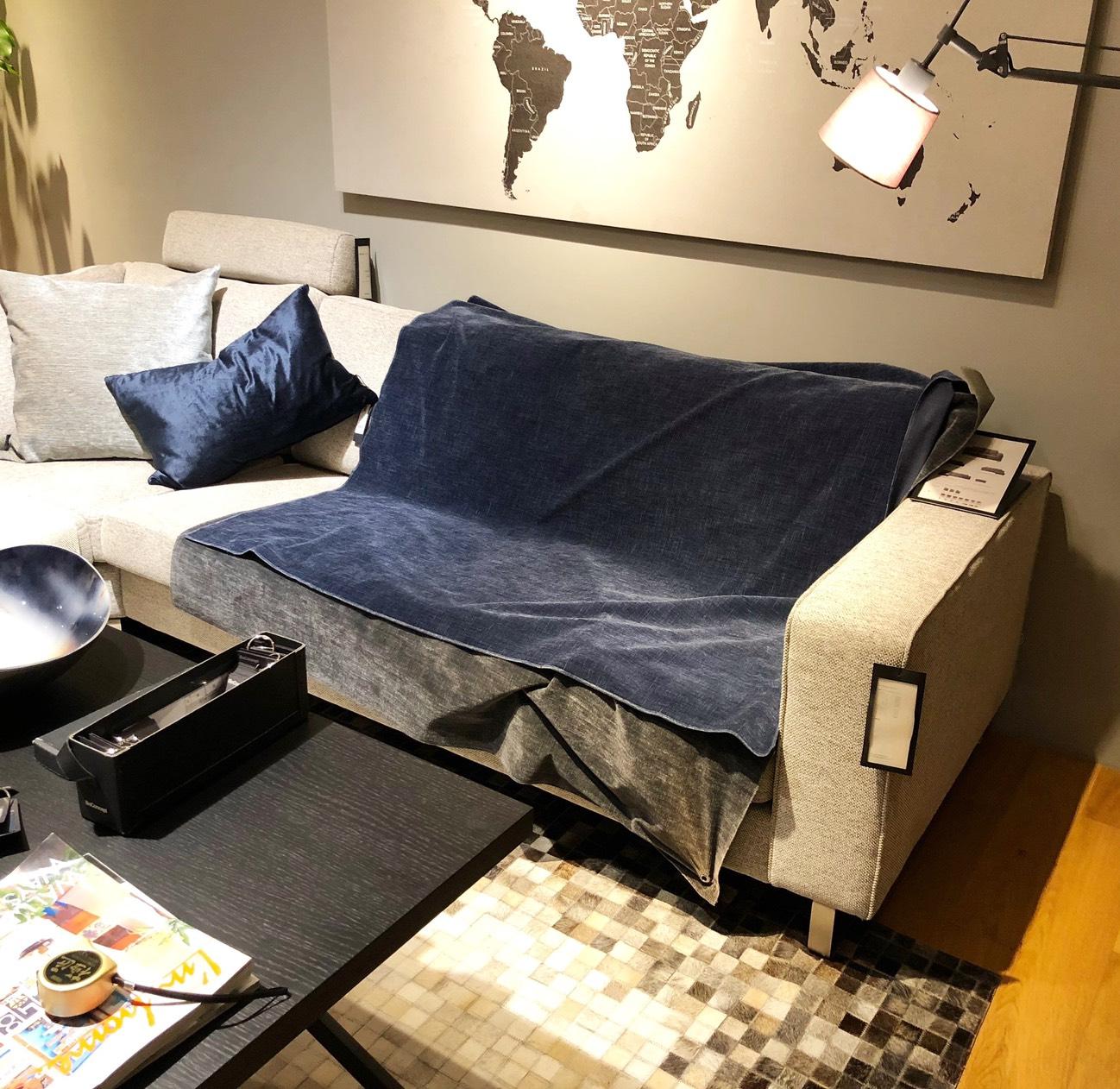 イタリアから届いた家具たち